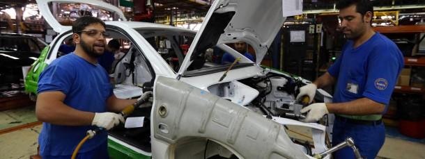 Autobau im Iran. Nicht nur die Wirtschaft des Landes leidet unter den Sanktionen. Wer wie DF in Verdacht gerät, für den wird es teuer.