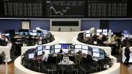 VIele Anleger sind indirekt über Aktienfonds im Dax investiert.