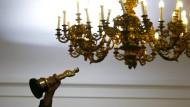 So viel goldener Glanz - doch am Oscar sind es nur 18 Gramm. Wie viel der Kronleuchter hat, ist nicht bekannt.