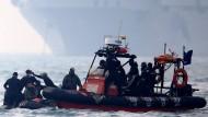 Küstenretter während der Suche nach Vermissten des Fährunglücks in Südkorea.