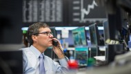 An der Börse ist die Stimmung weiterhin angespannt. Aktuell drückt vor allem ein sinkender Ölpreis die Kurse.