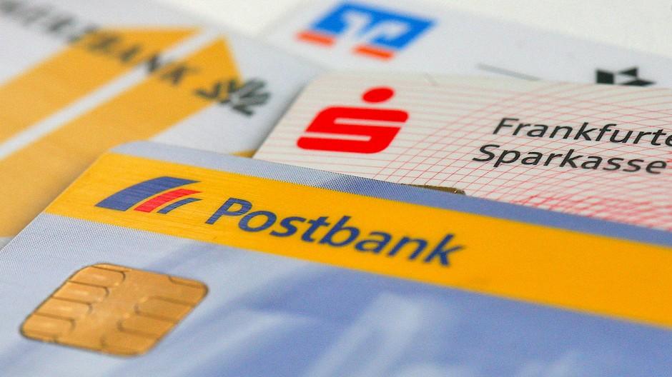 Immer öfter Negativzins: EC-Karten mit Markenzeichen von Postbank, Commerzbank, Sparkassen und Volksbanken