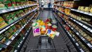 Im Supermarkt: Lebensmittel wurden zuletzt zum Teil sogar billiger - aber jetzt kommt wieder die alte Mehrwertsteuer.