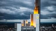 Dunkle Wolken und stürmische Zeiten halten Einzug bei der Commerzbank – nicht nur in Frankfurt.