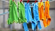 Leasen oder kaufen? Bei Babykleidung kann sich das Ausleihen bezahlt machen.