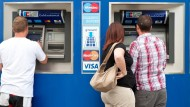Das Bargeldabheben könnte immer teurer werden - auch an Automaten der eigenen Hausbank.