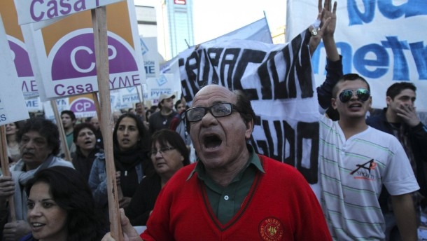 Supporters of Argentinean president protest against hedge funds