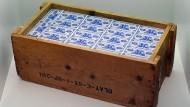 """Einst ein unermesslicher Reichtum: Eine Kiste mit 10 D-Mark-Scheinen von 1948 ist bei einer Vorbesichtung der Ausstellung """"Deutsche Mythen seit 1945"""" im Haus der Geschichte zu sehen."""