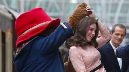 Herzogin Kate tanzt mit Paddington Bär durch Bahnhof