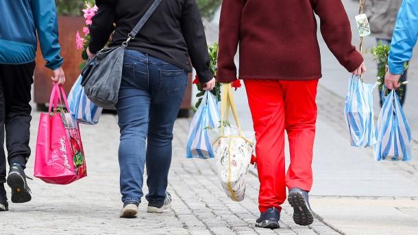 Rund die Hälfte weiß nicht, was sie für Kleidung und Schuhe zahlt