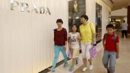 Ob bei Karstadt oder bei Prada in einer kalifornischen Shopping-Mall: Auf der ganzen Welt akzeptieren Geschäfte die chinesische Kreditkarte Unionpay.