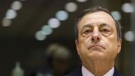 EZB-Präsident Mario Draghi räumt den deutlichen Abstand des Euros zum Dollar ein.