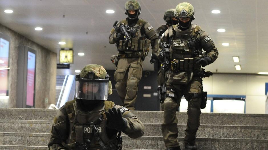 Oben Polizei, unten Bundeswehr - heute üben sie gemeinsam die Terrorabwehr
