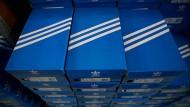 Adidas-Schuhkartons mit den populären drei Streifen