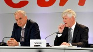 Die Vorstandsvorsitzenden von Eon, Johannes Teyssen (L), und RWE, Rolf Martin Schmitz (R), werben in Essen für eine Reorganisation der deutschen Energiebranche.