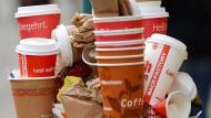Laut einer Umfrage lassen sich nur 17 Prozent der Menschen, die Kaffee zum Mitnehmen trinken, das Heißgetränk in einen wiederverwendbaren Becher einschenken.