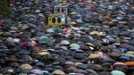 Zahllose Menschen demonstrieren in Hongkong, Kunden der Wirtschaftsprüfungsgesellschaften sind wohl nur wenige dabei.