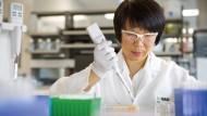 Schwieriger Karrierepfad: Frau im Labor