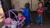 Kinder in einem provisorischen Flüchtlingslager in Sarman (Syrien)