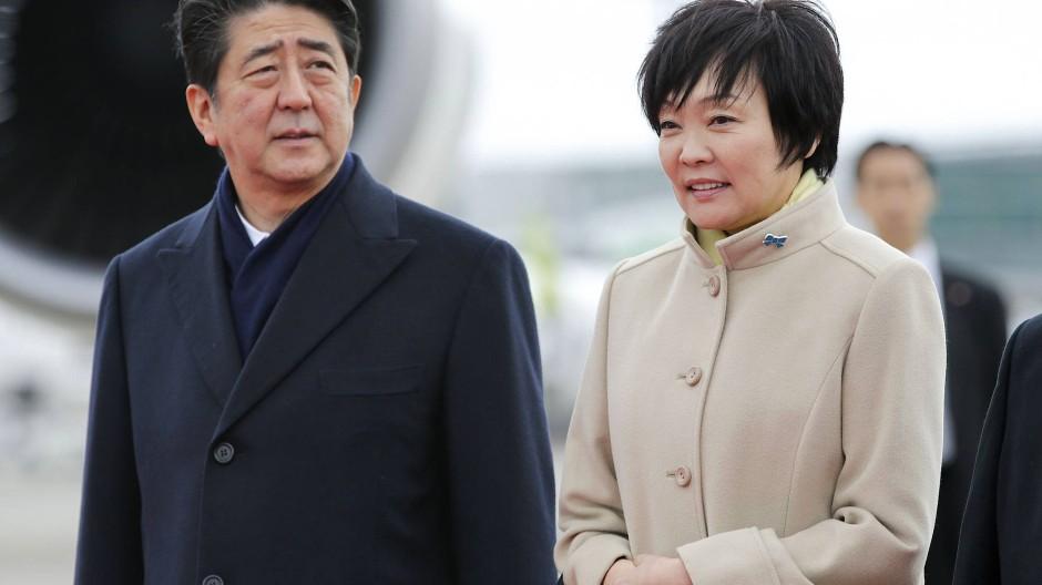 Japans Ministerpräsident Abe und seine Frau sollen einem Bekannten einen Sonderpreis für ein Baugrundstück gewährt haben. Nachvollziehen lässt sich der Vorgang aufgrund gelöschter Emails nicht mehr.