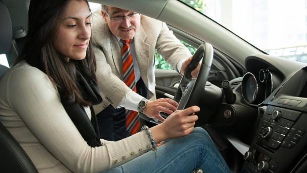 """Autohändler locken Kunden mit """"jungen Gebrauchten"""""""