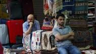 Das Einkaufen in türkischen Basars wird für Urlauber wegen des Lira-Verfalls in diesen Tagen vermeintlich billiger.