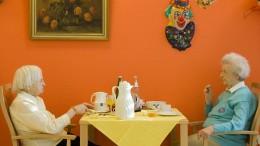 Pflege zu Hause oder im Heim – was ist besser?