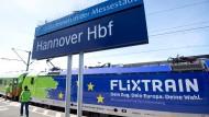 Ein Flixtrain hält auf der neuen Verbindung Berlin–Köln im Hauptbahnhof Hannover.