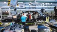 Produktion der S-Klasse in Sindelfingen: Daimler bietet wie viele andere Dax-Konzerne seinen Mitarbeitern Aktienprogramme an.
