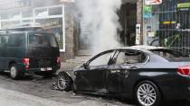 Ausgebrannte Autos stehen in Hamburg Altona.