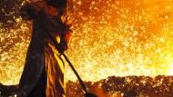 Ein Mitarbeiter der Salzgitter AG arbeitet vor einem angestochenen Hochofen. Die AKtie ist derzeit kein interessantes Investment.