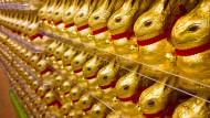 Die goldenen Schokoladen-Osterhasen mit dem roten Band und der Glocke kennt jeder. Aktionäre des Schweizer Herstellers freuen sich darüber.
