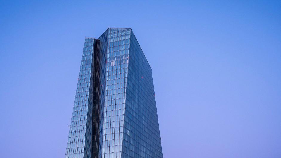 Sauberer Himmel über dem EZB-Turm in Frankfurt