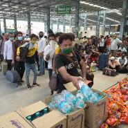 An einem Bahnhof gestrandete indische Arbeiter