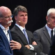Die Vorstandsvorsitzenden Dieter Zetsche (Daimler AG), Harald Krüger (BMW) und Matthias Müller (Volkswagen) und ihre Autokonzerne stehen unter Druck.