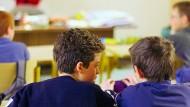 Wenn das Klassenzimmer zum Verkaufsraum wird: Lehrer vertreiben in Baden-Württemberg Versicherungen an ihre Schüler.
