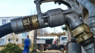 Den Stutzen draufgesetzt, schon rauscht das Öl. Im September freut es den Lieferanten besonders.