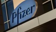 Auch Anleihen des Pharmakonzerns Pfizer rentieren mit weniger als 0 Prozent.