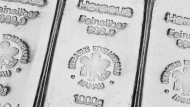 Pfunde über Pfunde: Stapel von Silberbarren