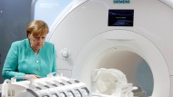 Technik die begeistert: Bundeskanzlerin Merkel schaut sich Meßgeräte an