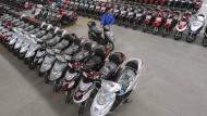 Fast 60 km/h schnell - billige Elektroroller sind aus Chinas Wirtschaft kaum wegzudenken.