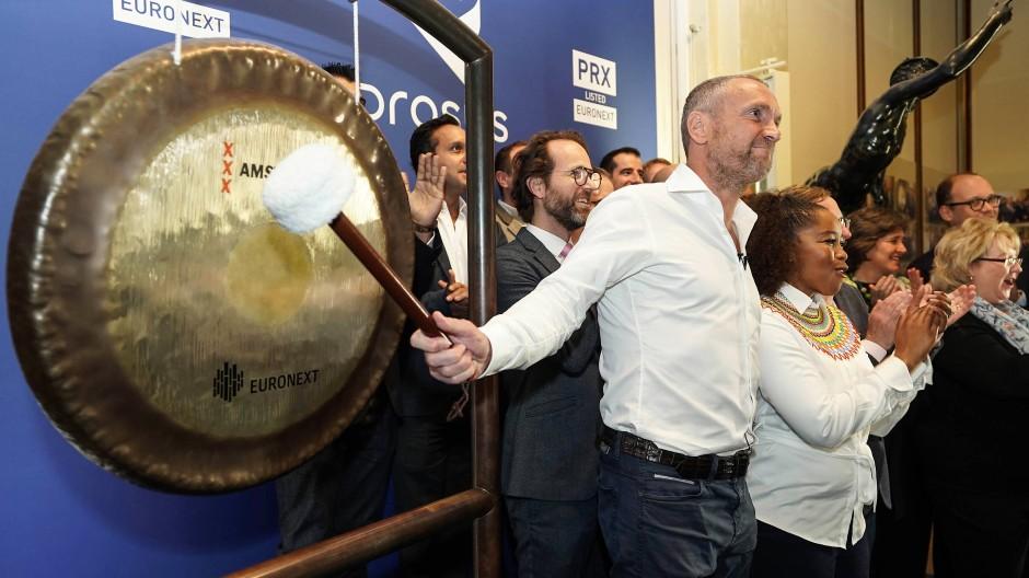 Naspers-Chef Bob Van Dijk eröffnet den Prosus-Handel mit einem Gongschlag.