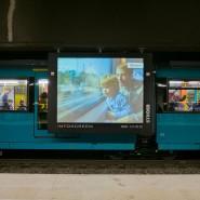 Eine leuchtende Ströer LED-Werbefläche am Bahnsteig der S-Bahn-Station Hauptwache in Frankfurt.