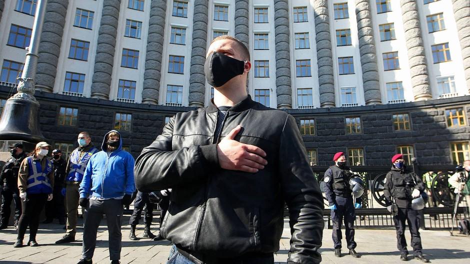 Demonstrant auf einer Kundgebung gegen die Corona-Restriktionen vor einem Regierungsgebäude in der ukrainischen Hauptstadt Kiew im Jahr 2020