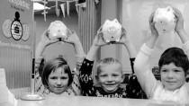 Alle Schweinchen fliegen hoch - glückliche Kinder am Weltspartag 1966