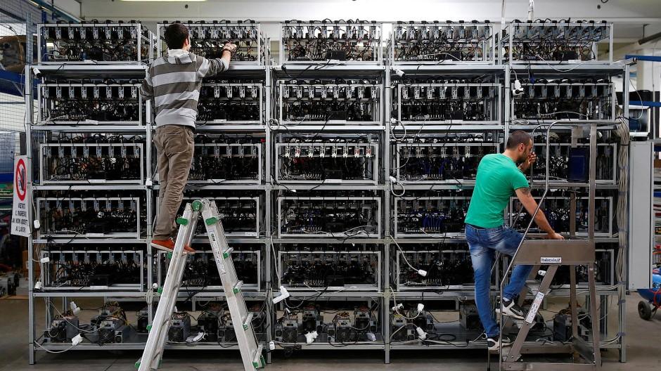 Bitcoin-Mining in einer Miner-Fabrik in Italien