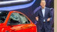 Mit dem Jetta Marktanteile zurückgewinnen: VW-Markenchef Herbert Diess in Detroit
