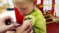 Wer mehrere Kinder haben möchte, für den kommt die gesetzliche Krankenversicherung meist günstiger als die private.