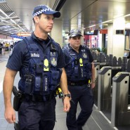 Polizisten patrouillieren an einer Haltestelle in Brisbane, Australien. Nach Festnahmen mehrerer Terror-Verdächtiger in Sydney und Brisbane soll die Polizeipräsenz an öffentlichen Orten erhöht werden.