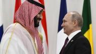Viele hoffen, dass sie wieder miteinander reden: der saudische Kronprinz Mohammed bin Salman und Russlands Präsident Wladimir Putin (r)